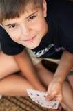 Portrait eines Jungen mit Karten Stockbild