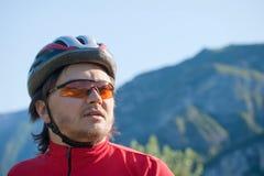 Portrait eines jungen Radfahrers im Sturzhelm Stockbilder
