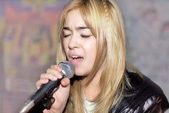 Portrait eines jungen Sängers mit einem Mikrofon Lizenzfreies Stockfoto