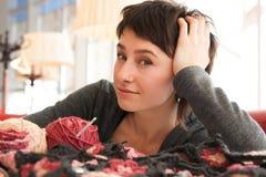 Portrait eines jungen schönen Mädchens mit dem Stricken Lizenzfreie Stockfotografie