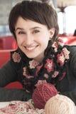 Portrait eines jungen schönen Mädchens mit dem Stricken Stockbilder