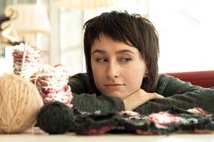 Portrait eines jungen schönen Mädchens mit dem Stricken Stockfotos