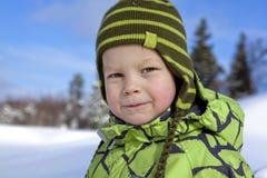 Portrait eines Jungen am sonnigen Wintertag Stockfotos
