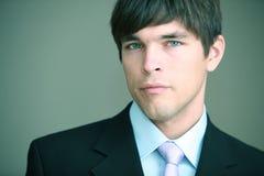 Portrait eines jungen stattlichen Geschäftsmannes stockfotografie