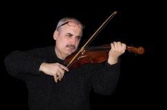 Portrait eines kaukasischen Mannes, der die Violine spielt Lizenzfreies Stockfoto