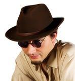 Portrait eines Kerls in den Sonnenbrillen und in einem Hut Lizenzfreies Stockfoto