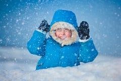 Portrait eines kleinen Jungen draußen im Schnee Stockfotos