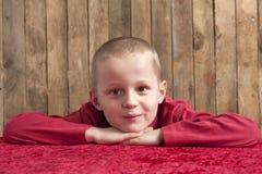Portrait eines kleinen Jungen im Rot stockbild