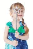 Portrait eines kleinen Mädchens mit einem magischen Stab Stockbild