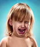 Portrait eines kleinen Mädchens Sie schreit Stockbild