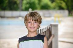 Portrait eines lächelnden Jungen stockfotos