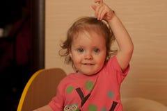 Portrait eines lächelnden kleinen Mädchens Stockfotos