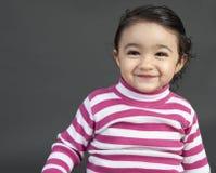 Portrait eines lächelnden Kleinkind-Mädchens stockfotos