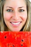 Portrait eines lächelnden Mädchens mit Wassermelone Stockfotografie
