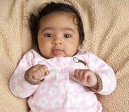 Portrait eines lächelnden neugeborenen Babys stockfoto
