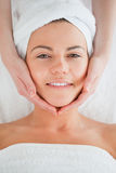 Portrait eines lächelnden Brunette, der Massage hat Stockbild