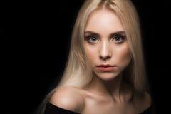 Portrait eines Mädchens auf einem schwarzen Hintergrund Stockbild