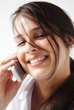 Portrait eines Mädchens auf Mobiltelefon Lizenzfreie Stockfotografie