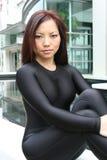 Portrait eines Mädchens, das auf einer Leiste sitzt Stockbild