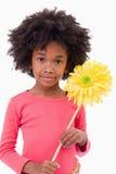 Portrait eines Mädchens, das eine Blume anhält Lizenzfreie Stockbilder