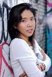 Portrait eines Mädchens, das in einer Gasse aufwirft Lizenzfreie Stockbilder
