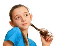 Portrait eines Mädchens, das mit ihrem Haar spielt Stockfotografie
