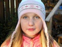 Portrait eines Mädchens in einem Winterhut Stockfotos