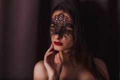 Portrait eines Mädchens in einer Schablone stockfotografie