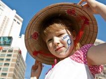 Portrait eines Mädchens im Hut mit Gesichtskunst Stockfoto