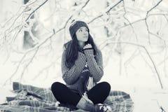 Portrait eines Mädchens im Winterpark Lizenzfreie Stockfotos