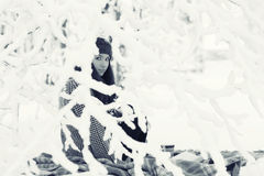 Portrait eines Mädchens im Winterpark Lizenzfreies Stockbild