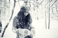 Portrait eines Mädchens im Winterpark Stockfoto