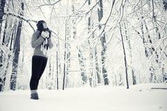 Portrait eines Mädchens im Winterpark Stockfotos