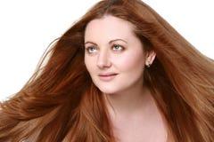 Portrait eines Mädchens mit dem roten, langen Haar lizenzfreie stockfotos