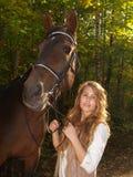 Portrait eines Mädchens mit einem Pferd lizenzfreies stockfoto
