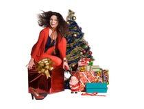 Portrait eines Mädchens nahe einem Weihnachtsbaum stockfotografie