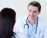 Portrait eines männlichen Doktors, der mit seinem Patienten spricht Lizenzfreies Stockfoto