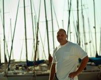 Portrait eines Mannes auf einer Yacht. Lizenzfreies Stockfoto