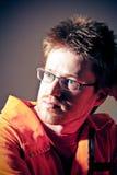 Portrait eines Mannes in einer schmutzigen orange Arbeitskleidung Lizenzfreie Stockfotos