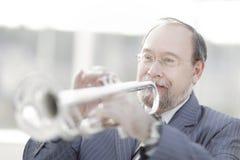 Portrait eines Musikers, der die Trompete spielt lizenzfreie stockfotos