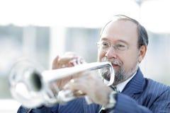 Portrait eines Musikers, der die Trompete spielt stockbilder