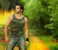Portrait eines muskulösen jungen Mannes stockfotos