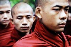 Portrait eines Myanmar-Mönchs mit täglicher Mahlzeitschüssel Stockbilder