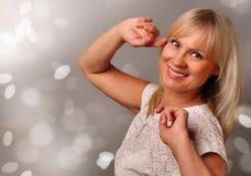Portrait eines netten fälligen Frauenlächelns Stockfoto