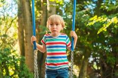 Portrait eines netten kleinen Jungen Stockfotos