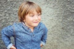 Portrait eines netten kleinen Jungen Stockbilder