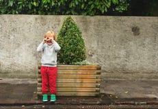 Portrait eines netten kleinen Jungen Stockfotografie