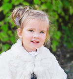 Portrait eines netten kleinen Mädchens draußen Stockbilder