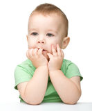 Portrait eines netten und nachdenklichen kleinen Jungen Stockfotografie