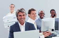 Portrait eines positiven Geschäftsteams bei der Arbeit stockbild